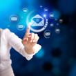 Frau drückt virtuelles E-Mail-Symbol