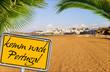 Strand mit Palmen und Schild - komm nach Portugal