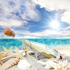 Gute Reise: Flaschenpost, angespült an Strand