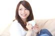 コーヒーを飲む若い女性