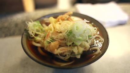 湯気が上がる、出来立ての天ぷらうどん。