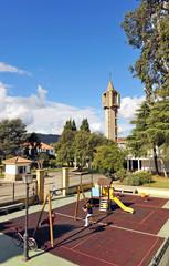 Parque infantil en la plaza del pueblo
