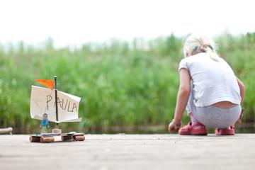 Kind baut ein Boot