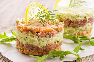 tartare mit Lachs und Avocado
