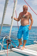 Segler auf einem Katamaran auf dem Meer