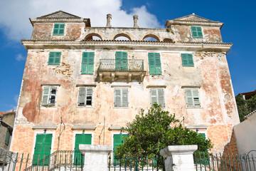 Ruine - alte Hausfront als Kulisse oder Hintergrund