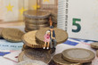 Grossvater mit Enkelin sitzend auf Euros