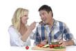 Glückliches reifes Ehepaar hat Spass beim Kochen