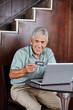 Senior kauft im Internet mit Kreditkarte