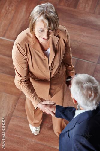 Zwei Senioren machen Handschlag