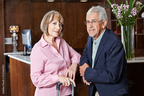 Zwei Senioren warten im Hotel an Rezeption
