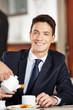 Geschäftsmann frühstückt im Café