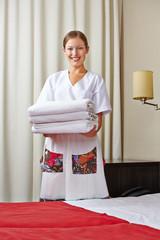 Zimmermädchen mit frischen Handtüchern
