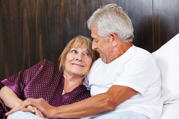 Zwei glückliche Senioren im Bett