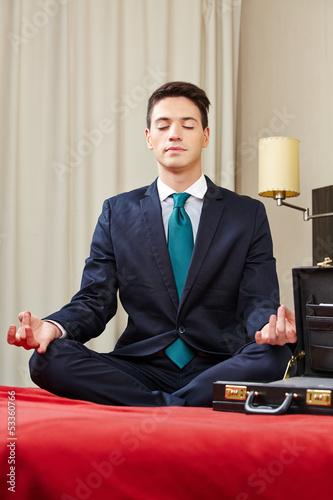 Geschäftsmann im Hotel meditiert