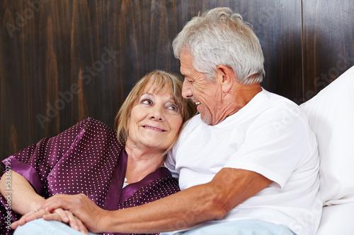 canvas print picture Zwei glückliche Senioren im Bett