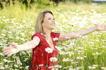 Hübsche blonde Frau genießt den Sommer