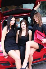 drei junge Mädchen im Auto