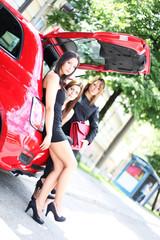 junge Frauen im Auto