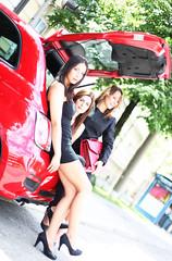 drei Frauen im Kofferaum