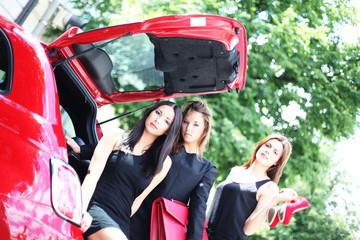 drei Mädchen im Auto