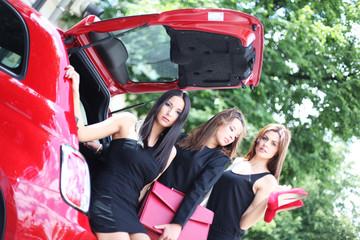 drei hübsche Mädchen im Kofferaum