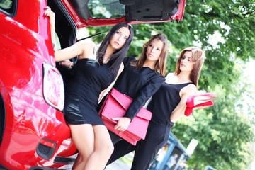 drei junge Frauen mit Auto