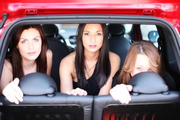 drei junge Mädchen auf der Rücksitzbank