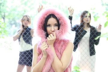 junge Frauen mit Zaun