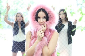 hübsche junge Frauen mit pinkem Pelz
