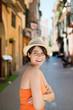 selbstbewusste, lächelnde frau unterwegs in der altstadt