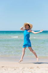 elegante frau läuft am strand
