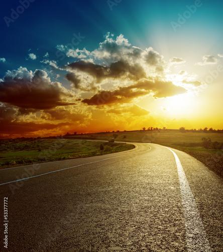 idealny-zachod-slonca-nad-droga-asfaltowa