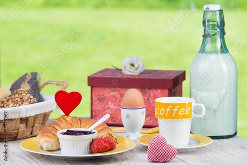 frühstück mit herz und geschenk