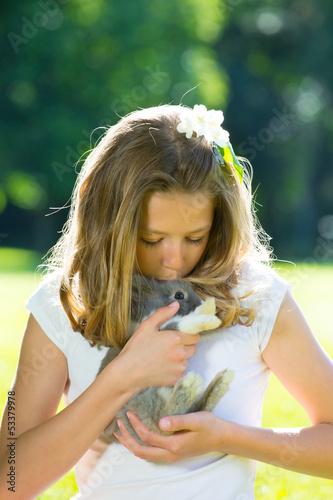 mädchen mit haustier kaninchen