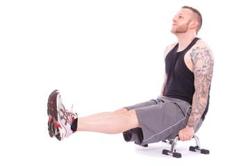 sitzende Trizeps Dips mit schwebenden Beinen