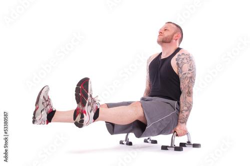 sitzende Trizeps Dips mit gespreizten Beinen