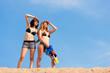 Zwei glückliche Frauen haben Spaß am See