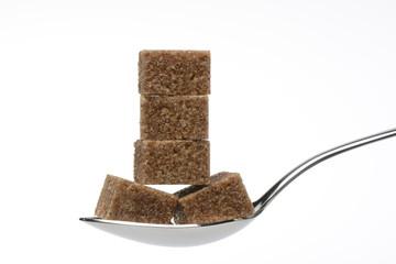 Terroncillos de azúcar moreno de caña en una cuchara