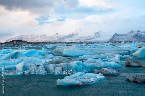 Icebergs drifting to sea - 53387148