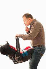 vater mit kind im kindersitz 4