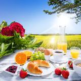 gedeckter Frühstückstisch im Freien