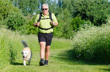 mann wandert mit seinem hund