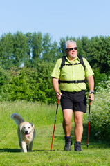 senior macht nordic walking mit hund