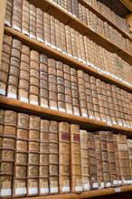 Étagères de la bibliothèque antique avec de vieux livres