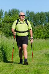 übergewichter mann beim walking