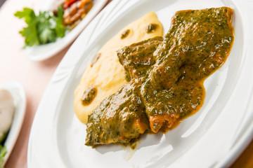 Luccio in salsa saporita con polenta, close-up, selective focus