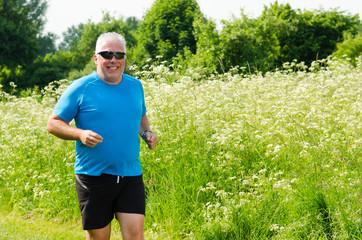 jogger läuft durch die natur
