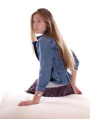 Sitzendes, junges Mädchen mit Blick über die Schulter