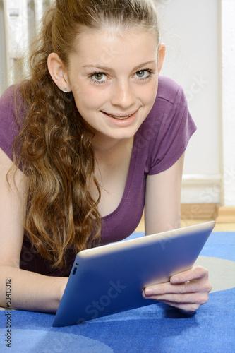 Junge Frau liest in E-Book